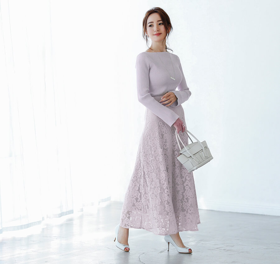 レースセミフレアスカートを着用している星玲奈さん1