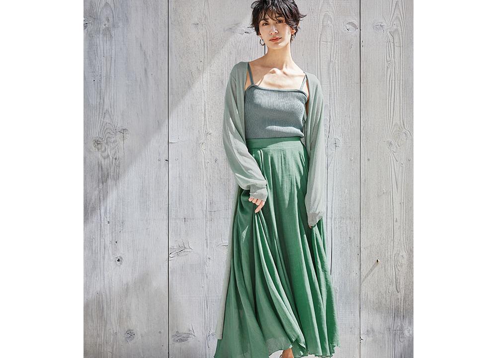 UVケアロングカーディガンとスラブボリュームマキシスカート着用の神山まりあさん1