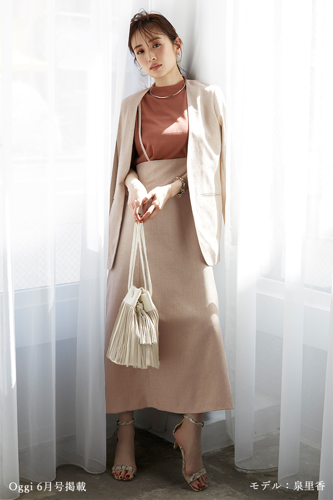リネンライクフレアサロペットスカートとノーカラージャケットを着た泉里香さん