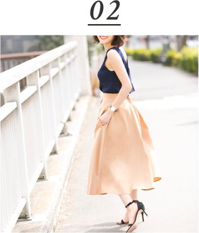 金子麻貴さんのノースリーブにスカートを合わせたコーデ