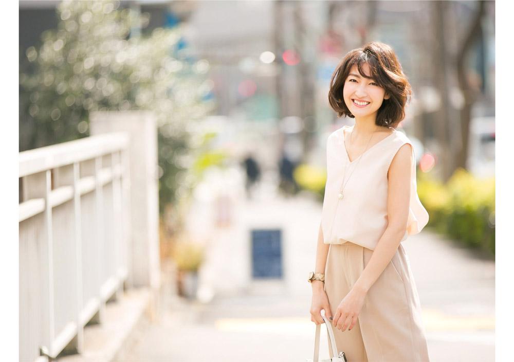 金子麻貴さんがプルオーバーとテーパードパンツでスタイリングしたコーデでこちらを向いて笑顔でポージング