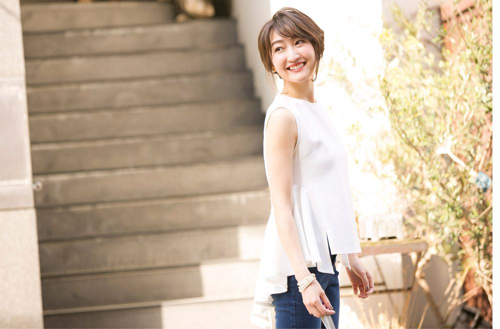 金子麻貴さんがプルオーバーにスキニーデニムでスタイリングしたコーデで左を向き笑顔でポージング