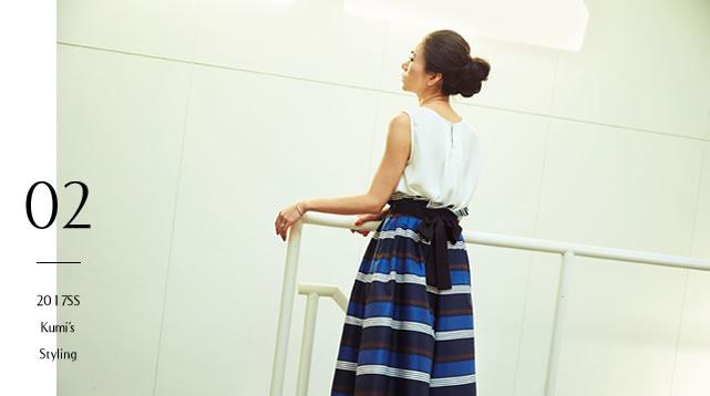 リネンライクなボーダーリボンベルトパンツを穿いている大日方久美子さんの後ろ姿