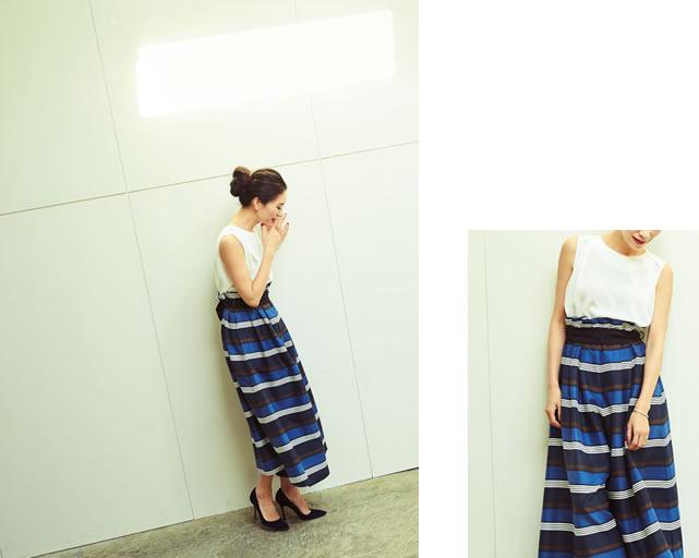 リネンライクなボーダーリボンベルトパンツに黒のピンヒールを穿いている大日方久美子さん