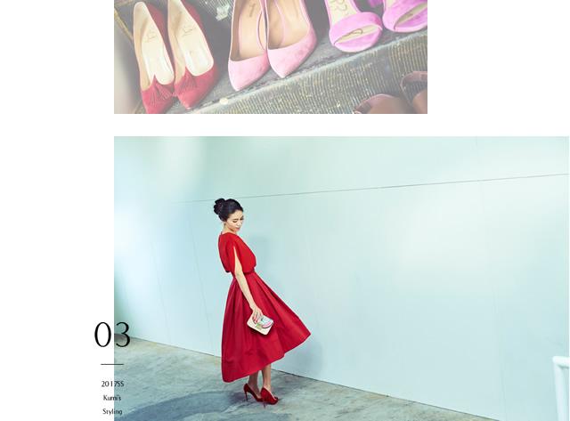 トップス、スカート、ハイヒールをビビッドな赤でまとめたコーディネートの大日方久美子さん