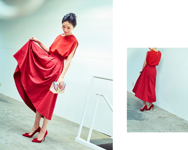 赤のフレアスカートを持ち上げたポーズの大日方久美子さん
