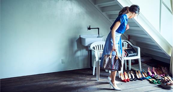 ネイビーのトップスとブルーの台形スカートにホワイトのハイヒールを合わせたエッジの効いた絶妙コーディネート